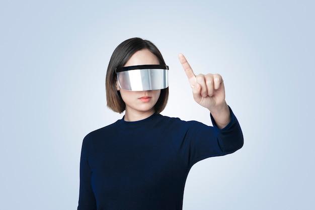 Empresario con auriculares vr con tecnología de comunicación global