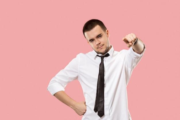 El empresario autoritario te señala y te quiere, retrato de primer plano de media longitud sobre fondo rosa.