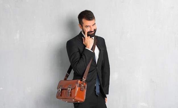 Empresario con barba mirando al frente