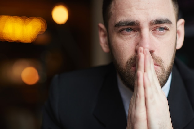 Empresario barbudo preocupado