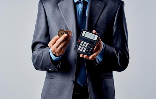 Empresario con calculadora en manos y tipo de cambio de riqueza bitcoin criptomoneda