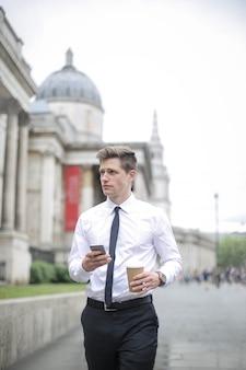 Empresario caminando frente a la national gallery de londres