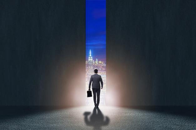 Empresario caminando hacia su ambición.