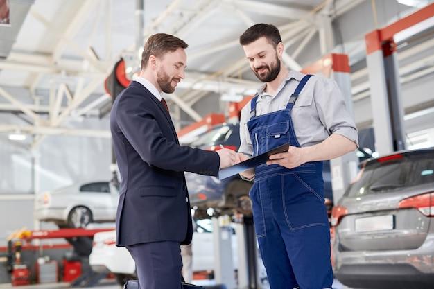 Empresario en car service shop