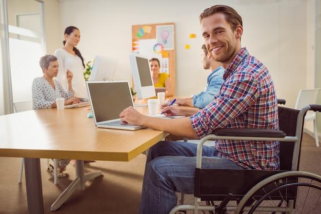 Empresario casual creativo en silla de ruedas