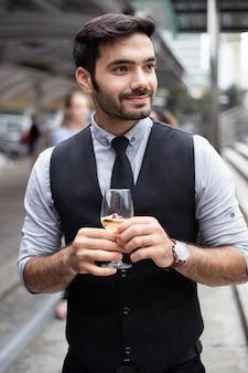 Empresario celebrar bebiendo vino.