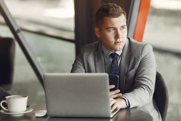 Empresario. chico de traje. hombre usa una computadora portátil.