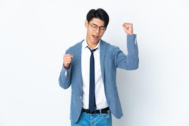Empresario chino con aislados celebrando una victoria