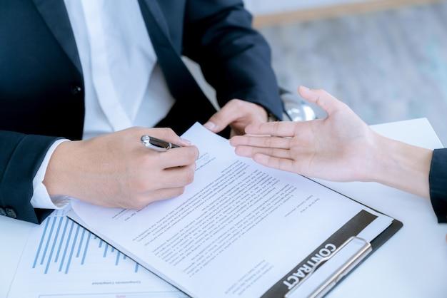 Empresario y cliente de comprador de vivienda acordaron negociar y firmaron el contrato de venta de bienes raíces.