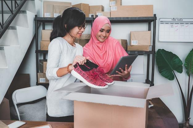 Empresario de comercio electrónico que prepara el producto