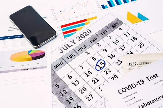 El empresario completa el formulario 1040 el 15 de julio de 2020 para completar sus obligaciones tributarias.