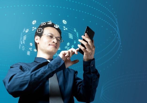 Empresario comprobar datos de inversión con internet en smartphone