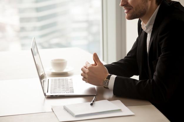 El empresario se comunica con los socios en la oficina.