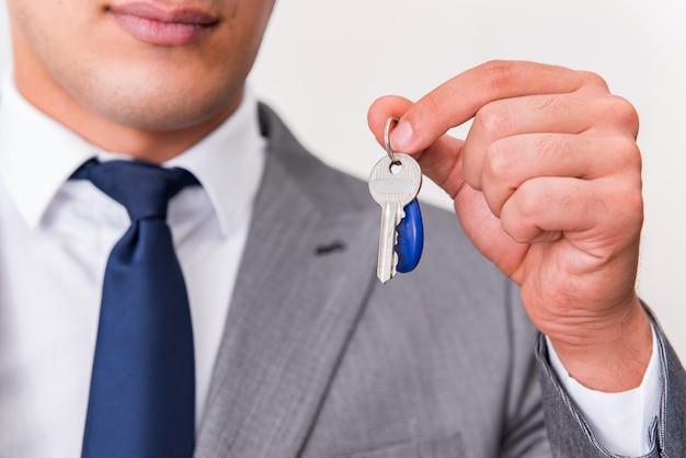 Empresario en concepto inmobiliario con tecla de inicio