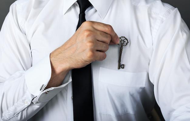 Empresario de concepto de secreto comercial oculta clave de éxito