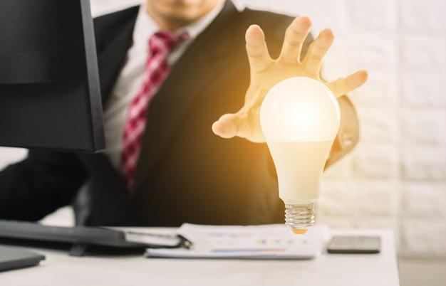Empresario conceptos manos de la bombilla nuevas ideas con solución tecnológica innovadora