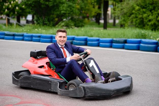 Empresario conduciendo un vehículo infantil.