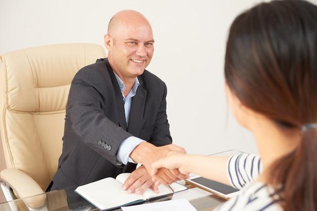 Empresario está cooperando con mujer