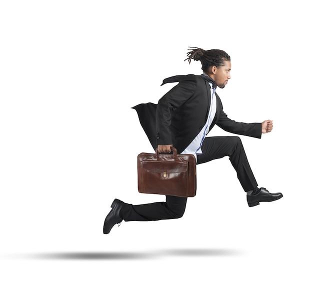 Empresario corriendo por objetivos profesionales