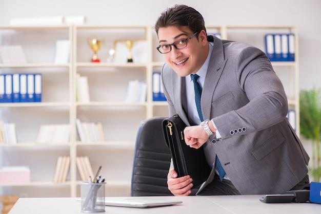 Empresario corriendo en la oficina