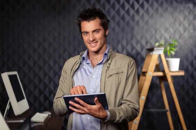 Empresario creativo usando tableta