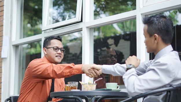 El empresario se dan la mano para terminar la reunión