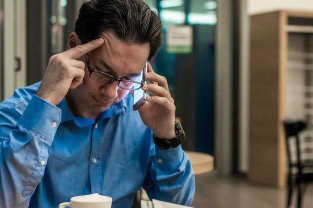 Empresario deprimido en la cafetería. hombre de negocios tensionado