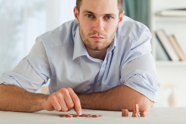 Empresario desesperado contando sus pequeñas monedas