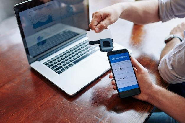Empresario deslizar la tarjeta de crédito a través del lector