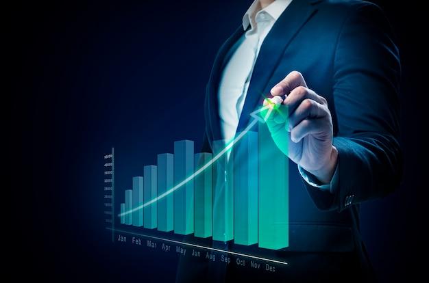 Empresario dibujando un gráfico de aumentos en pantalla virtual