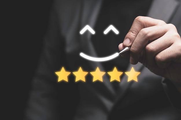 Empresario dibujo cara de sonrisa con estrellas amarillas.
