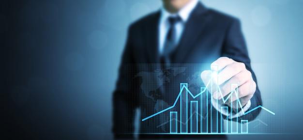 Empresario dibujo gráfico plan de crecimiento futuro corporativo