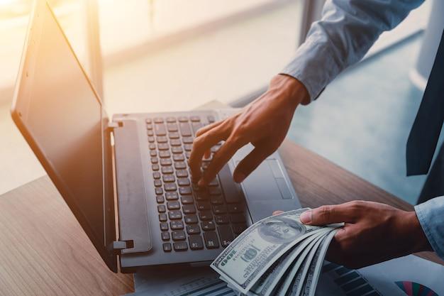 Empresario con dinero en efectivo