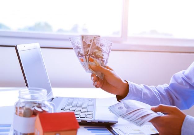 Empresario con dinero en mano, dólar estadounidense.
