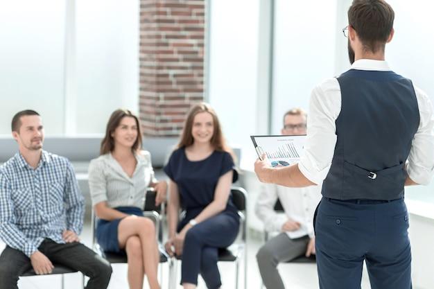 Empresario discutiendo con datos financieros del equipo empresarial