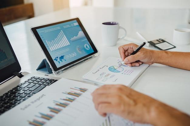 El empresario discutir y analizar el resultado de las estadísticas financieras de la empresa.
