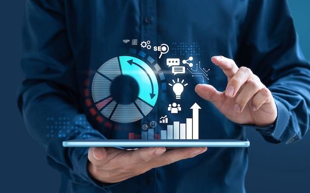 Empresario de diseño digital muestra aumento gráfico de mercado.