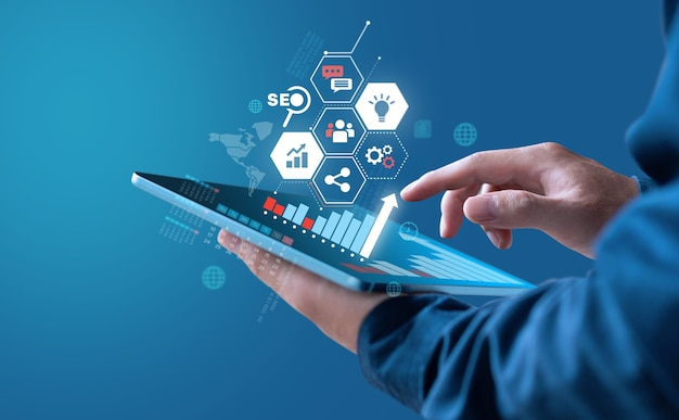 El empresario de diseño digital muestra un gráfico de crecimiento de ganancias con estrategia de marketing digital