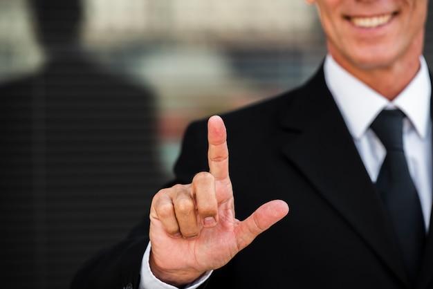 Empresario dos gestos con las manos