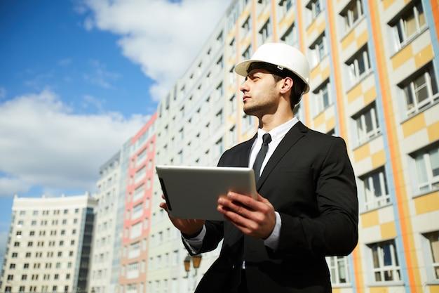 Empresario por edificio de apartamentos