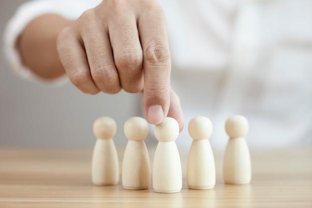 El empresario elige el mejor modelo de liderazgo de equipo de personas exitosas