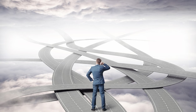 Empresario eligiendo el camino correcto