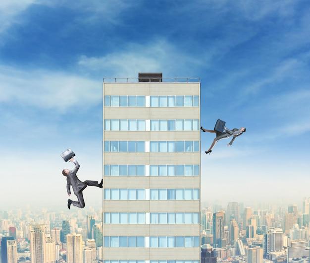 Empresario y empresaria corriendo hacia la cima