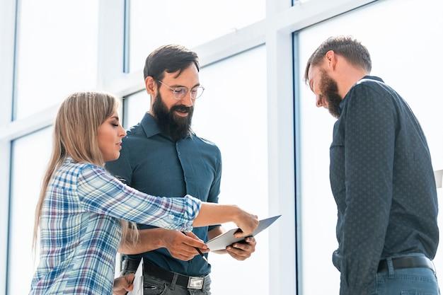 Empresario y empresaria discutiendo el documento de trabajo