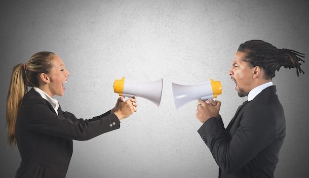 Empresario y empresaria gritando por poder