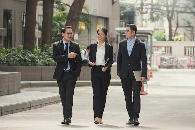 Empresario y empresaria socio consultoría y discusión para los negocios.