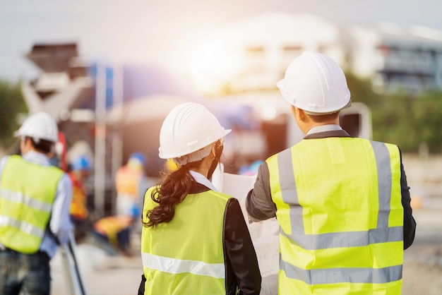 Empresario y empresaria usando ver el papel del plan