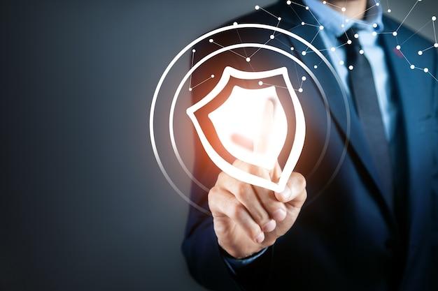 El empresario empuja la pantalla del icono de antivirus