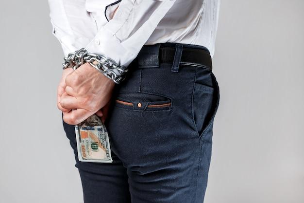 Empresario encadenado con dólares