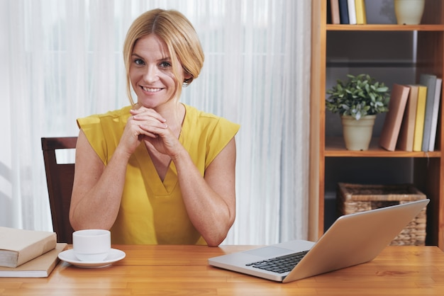 Empresario encantador en el escritorio de oficina